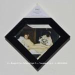 «E'ye: What is art?» I – 1. 12. 2013 - 2014. Photographie argentique de 13 x 17 cm. Découpé et marouflé sur une toile de 20 x 20 cm. Bords en format de diamant noir. Cartel : 1850. Edouard MANET. Olympia. Huile sur toile. 130 x 190 cm. Musée d'Orsay, Paris. Photo: Google Art Project. «E'ye: What is art?» I – 1. 12. 2013 - 2014. Analog photography of 5.1 x 6.7 in. Cut and maroufled on a canvas of 7.9 x 7.9 in. Edges in format of diamond, black color. Cartel : 1850. Edouard MANET. Olympia. Oil on canvas. 130 x 190 cm. Orsay Museum, Paris. Photo: Google Art Project.