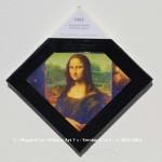 «E'ye: What is art?» I – 1. 15. 2013 - 2014. Photographie argentique de 13 x 17 cm. Découpé et marouflé sur une toile de 20 x 20 cm. Bords en format de diamant noir. Cartel : 1965. Marcel Duchamp. L.H.O.O.Q., Rasée. Reproduction de la Joconde de 19,7 x 12,4 cm. Photo: Cybershot800i / wikimedia commons «E'ye: What is art?» I – 1. 15. 2013 - 2014. Analog photography of 5.1 x 6.7 in. Cut and maroufled on a canvas of 7.9 x 7.9 in. Edges in format of diamond, black color. Cartel : 1965. Marcel Duchamp. L.H.O.O.Q., Shaved. Reproduction of the Mona Lisa : 19.7 x 12.4 cm. Photo: Cybershot800i / wikimedia commons