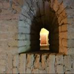 Une petite lucarne à travers laquelle on peut apercevoir l'intérieur de la tour. / A small window through which we can perceive the inside of the tower.
